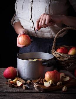 Mulher, cozinhar, cidra, ou, compote foco seletivo