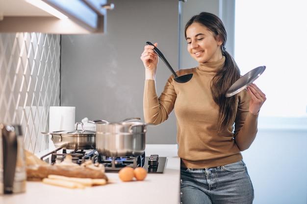 Mulher, cozinhar, em, cozinha