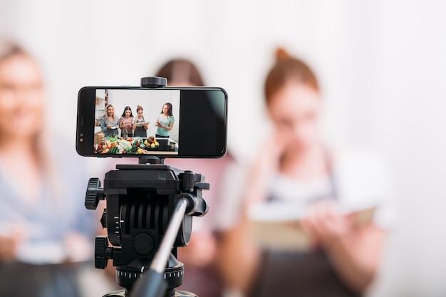 Mulher cozinhar passatempo. blog de culinária. gravação de vídeo tutorial. mulheres na tela do smartphone.