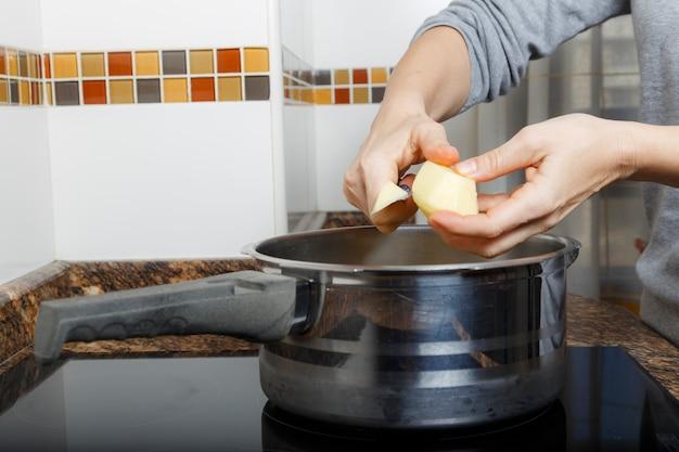 Mulher, cozinhar, um, guisado