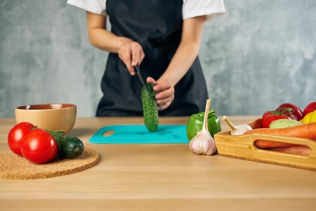 Mulher cozinheira almoço em casa comida vegetariana tábua de cortar