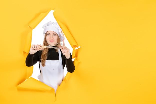 Mulher cozinheira de frente para o chapéu branco cozinheira no amarelo trabalho emoção comida cores cozinha cozinha foto sol