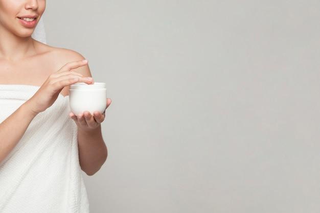 Mulher, creme cosmético e espaço para cópia