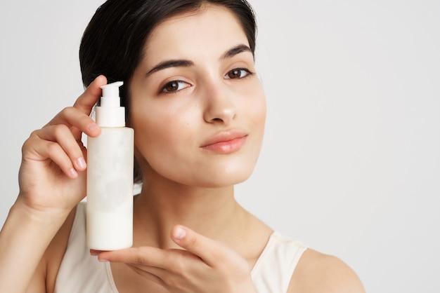Mulher, creme hidratante, pele limpa, close-up de cosmetologia