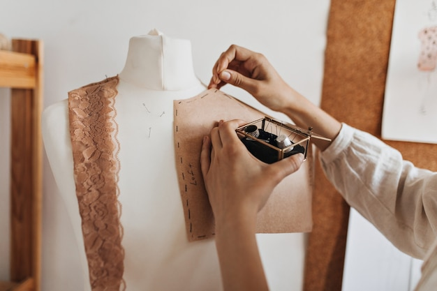 Mulher cria padrões de roupas para manequim
