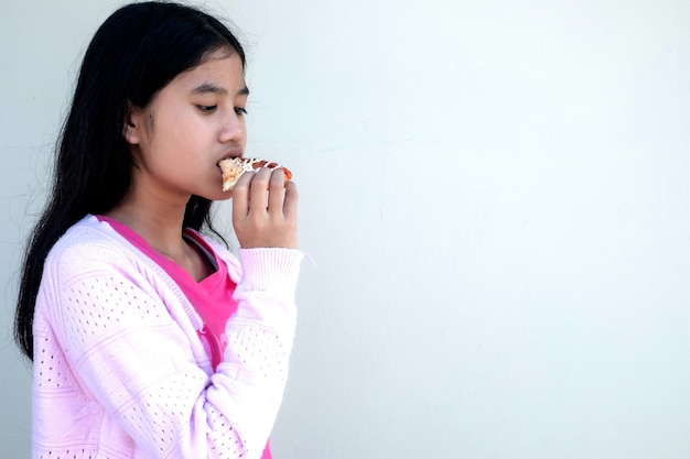 Mulher criança comendo um hambúrguer