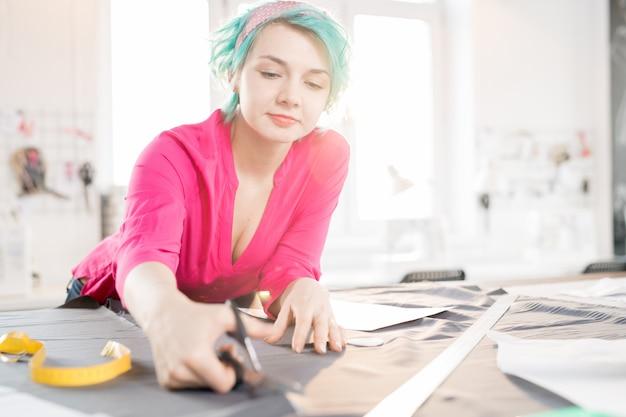 Mulher criativa costura roupas