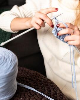 Mulher criativa em close-up fazendo crochê