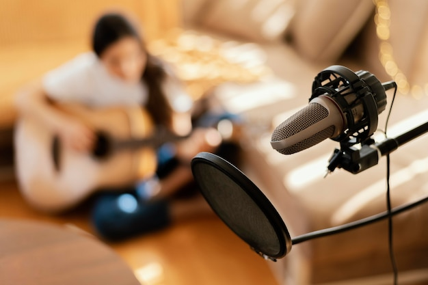 Mulher criativa praticando uma música em casa