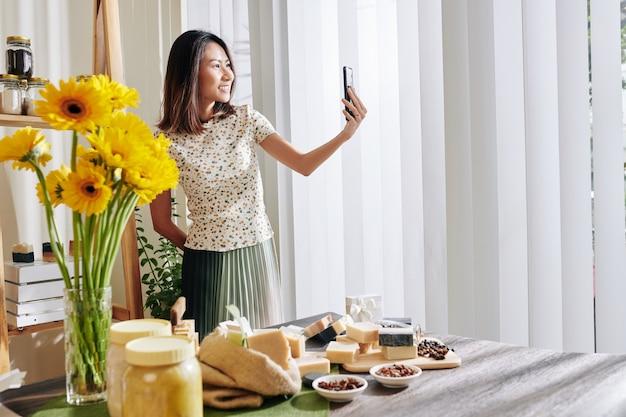 Mulher criativa tirando selfie