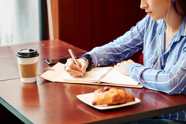 Mulher criativa trabalhando em um café