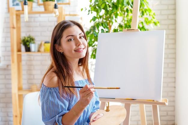 Mulher criativa trabalhando no estúdio de arte