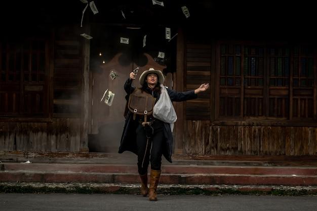 Mulher criminosa com uma arma roubando um banco