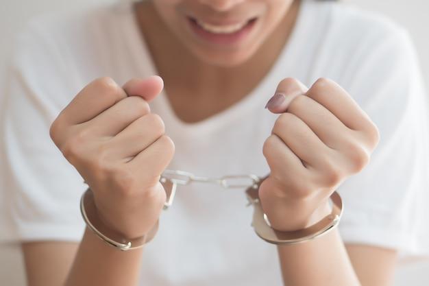 Mulher criminosa é presa por algema