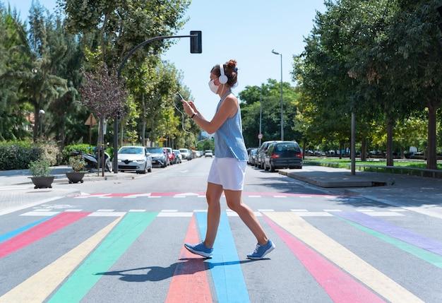 Mulher cruzando uma faixa de pedestres