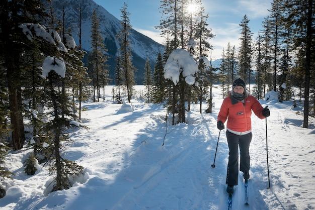 Mulher, cruze esqui país, lago esmeralda, campo, columbia britânica, canadá