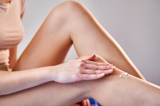 Mulher cuida das pernas