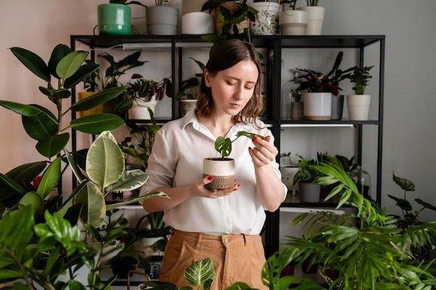 Mulher cultivando plantas em casa