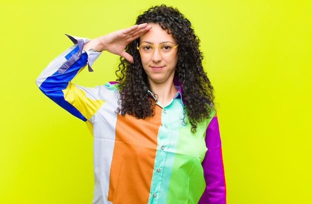 Mulher cumprimentando com uma saudação militar em um ato de honra e patriotismo, mostrando respeito