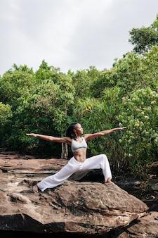 Mulher curtindo retiro de ioga