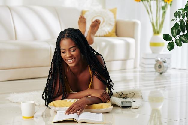 Mulher curtindo um bom livro