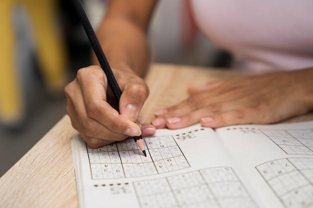 Mulher curtindo um jogo de sudoku sozinha