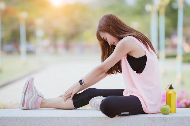 Mulher da ásia alongamento muscular antes e após o exercício