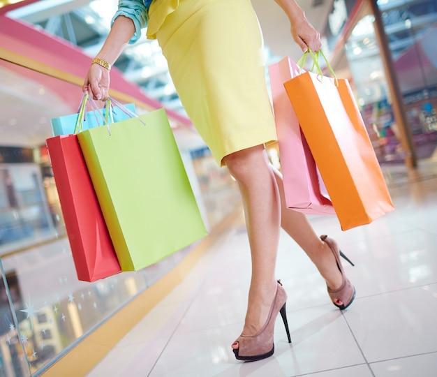 Mulher da compra com saia e saltos