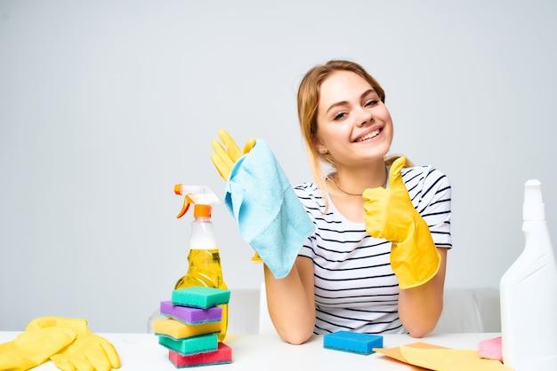 Mulher da limpeza limpando o fundo claro do apartamento