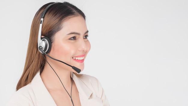 Mulher da operadora de atendimento ao cliente de terno usando fone de ouvido sobre o estúdio de fundo branco