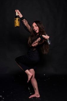 Mulher, dançar, com, garrafa champanha, e, vidro