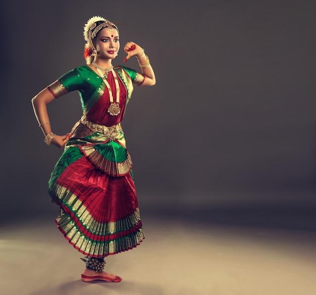 Mulher dançarina de dança clássica indiana bharatanatyam vestida com traje de dança nacional tradicional