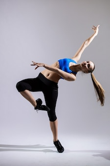 Mulher dançarina de hip hop se apresentando isolado em um fundo branco