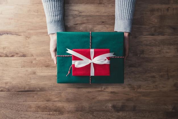 Mulher, dar, a, vermelho verde, presente, caixas, para, presente natal