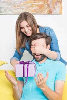 Mulher, dar, presente surpresa, para, namorado, cobertura, seu, olhos