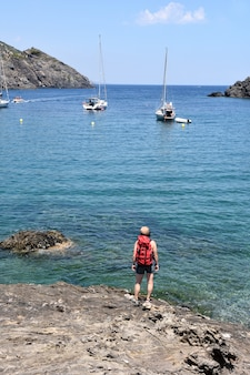 Mulher de alpinista no cap de creus na praia de la taballera, costa brava, província de girona, catalunha, espanha