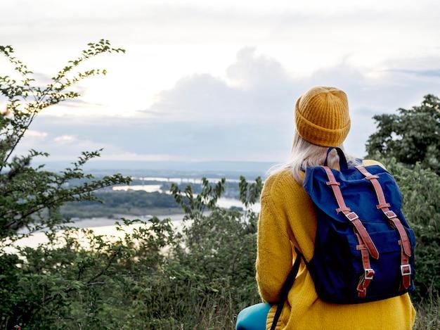 Mulher de alto ângulo com mochila