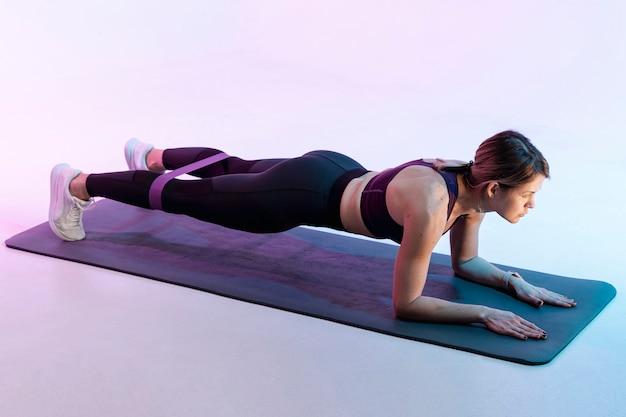 Mulher de alto ângulo, exercitando na esteira