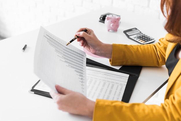Mulher de alto ângulo revisando documentos