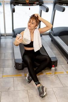 Mulher de alto ângulo, tendo selfies no ginásio