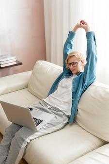Mulher de alto ângulo, trabalhando no laptop e alongamento