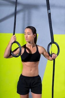 Mulher de anel de mergulho crossfit relaxada depois de treino no ginásio