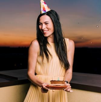 Mulher de aniversário comemorando no telhado