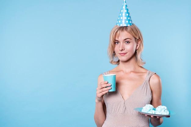 Mulher de aniversário cópia-espaço com bolo