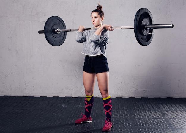 Mulher de aptidão a fazer exercícios em uma academia