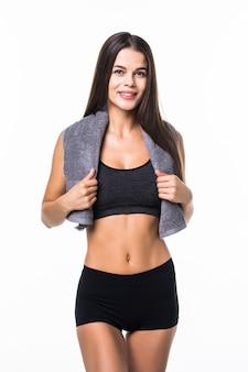 Mulher de aptidão desportiva e atraente com toalha isolada no branco