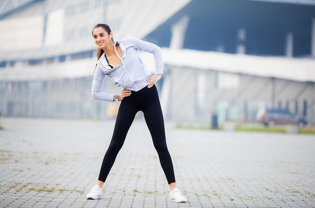 Mulher de aptidão fazendo exercícios em pé
