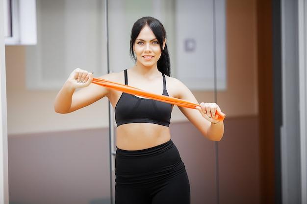 Mulher de aptidão, garota de esportes na academia fazendo exercícios
