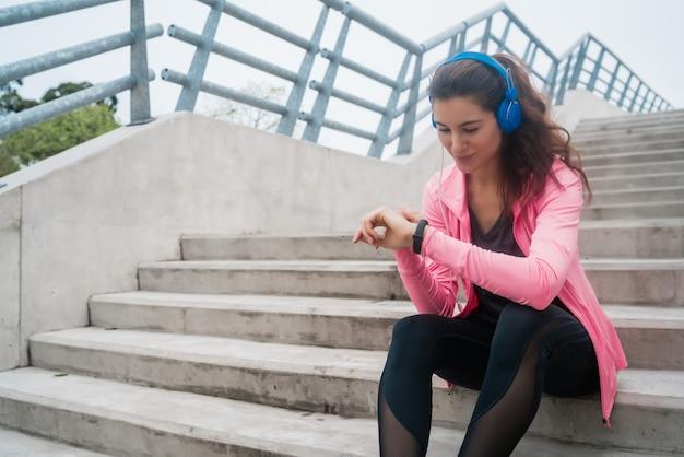 Mulher de aptidão monitorando seu progresso na smartwatch.