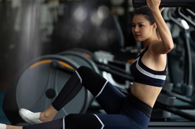 Mulher de aptidão muscular exercícios estilo de vida saudável